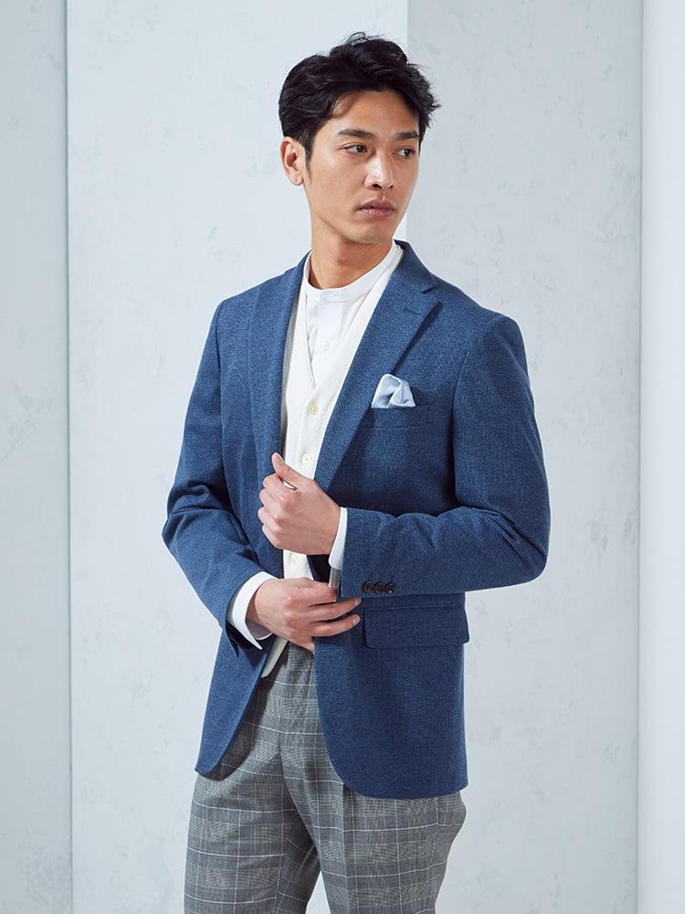 鮮やかなブルーのニットジャケットを羽織ったコーディネートです。色味としてはかなりカジュアルですが、テーラードジャケットのドレス感で上手に緩和。バランスを取っていますね。